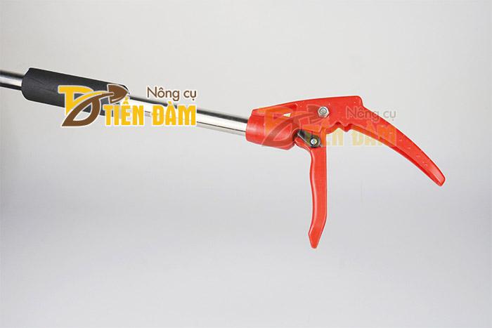 Phần tay cầm của gậy hái quả được thiết kế giống tay phanh xe đạp