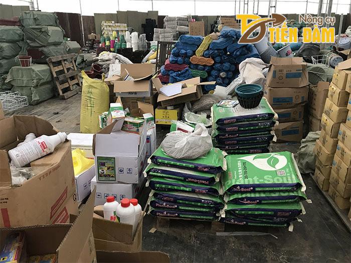 Tiến Đàm là cơ sở chuyên phân phối các vật tư nông nghiệp, dụng cụ làm vườn, các loại phân bón lan,...